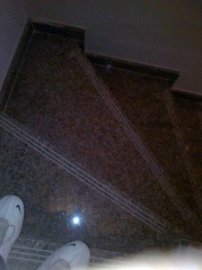 escalera-marmol-huella-antideslizante-edificio