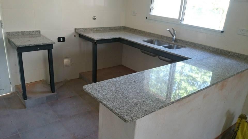 Mesada cocina y desayunador marmoleria zacarias for Modelos de marmol para cocina