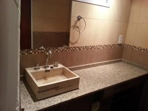 pileta-sobre-mesada-baño-marmol-marron-coco